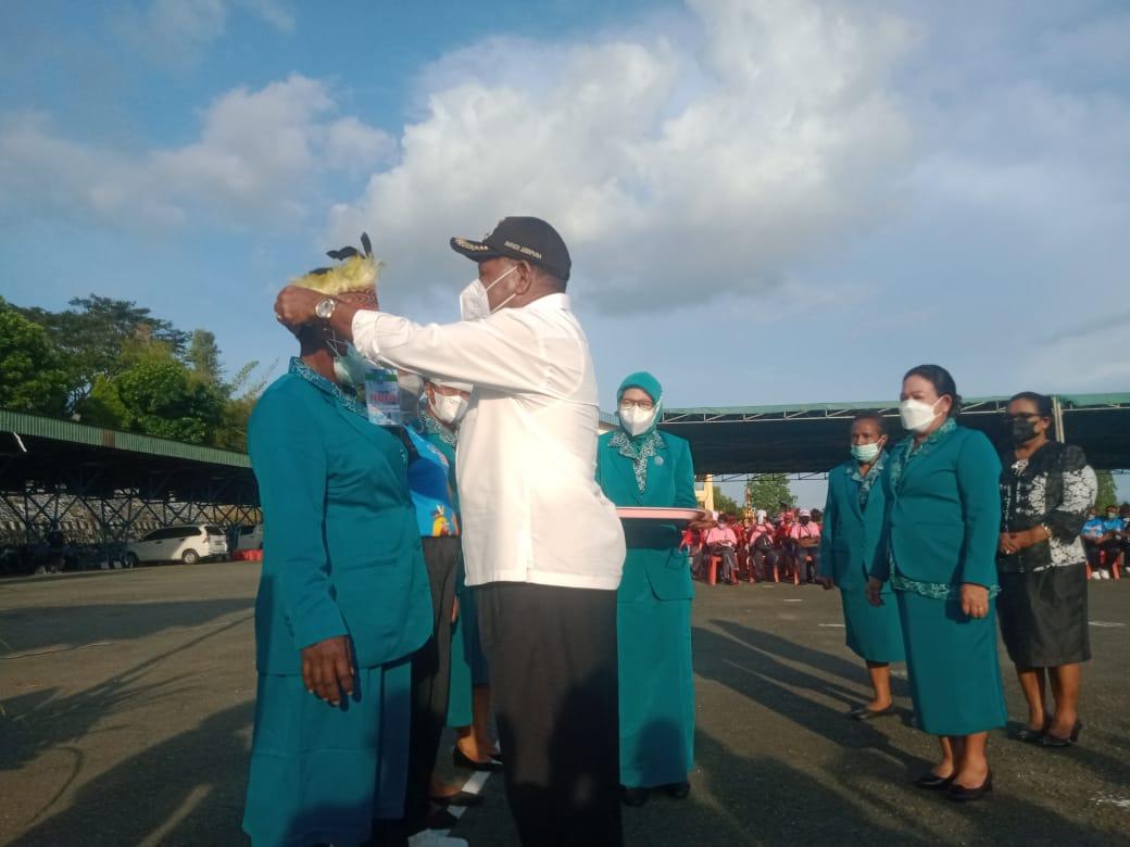Bupati Jayapura Mathius Awoitauw ketika menyematkan tanda peserta kepada dua perwakilan peserta jambore.