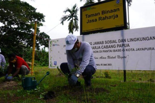 Jasa Raharja tanam pohon di lokasi wisata pantai.