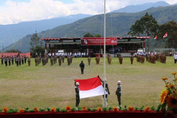 Anggota TNI Koramil Karubaga sedang menaikan Bendera merah putih saat upacara HUT Ke-76 RI di lapangan merah putih Karubaga.