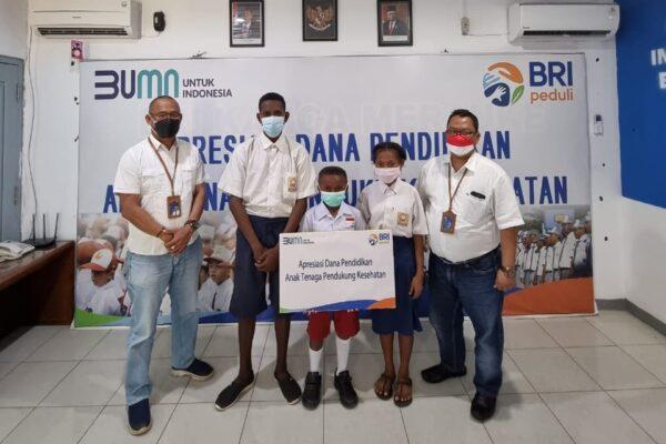 BRI Kanwil Jayapura beri beasiswa bagi anak tenaga pendukung kesehatan.