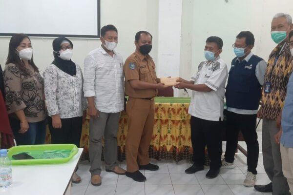 Bantuan HKJM diserahkan Dr. Karsudi yang diterima Sukariyanto mewakili LAZISMud an diteruskan kepada tim relawan Muhammadiyah untuk penanganan wabah Covid-19, Zamroni.