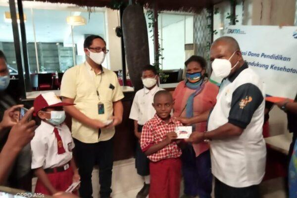 Bupati Jayapura, Mathius Awoitauw didampingi Pimpinan BRI Cabang Sentani Welem Tambin memberikan bantuan kepada 10 anak tenaga pendukung kesehatan RSUD Youwari.
