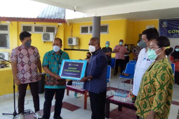 Bupati Jayapura Mathius Awoitauw saat menerima bantuan mesin konsentrator oksigen secara simbolis dari Media Group Pangansari Utama