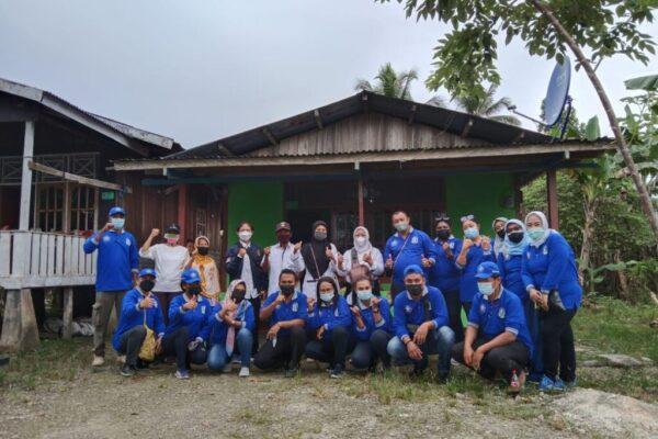 Foto bersama Kepala Disdukcapil Kabupaten Jayapura Herald J. Berhitu dengan Tim Pelayanan Terpadu.
