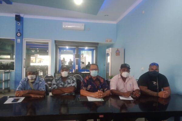 Ketua LSM Papua Bangkit yang juga pendamping dari para pemilik sertifikat hak milik tanah Hengky Jokhu memberikan keterangan pers di Doyo, Kabupaten Jayapura.