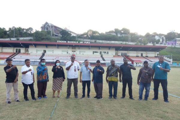 Ketua Pansus PON DPR Papua, Kamasan Jack Komboy saat foto bersama sejumlah Anggota Pansus DPR Papua usai meninjau beberapa ruangan yang ada di Stadion Mandala Jayapura.