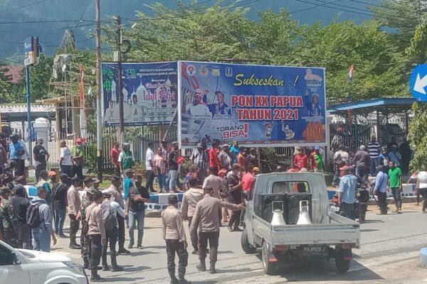 Masyarakat korban banjir bandang dan sejumlah Ondofolo menggelar aksi demo di depan pintu gerbang Kantor Bupati Jayapura, Rabu, 18 Agustus 2021.