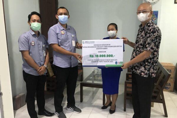 PT. Timika Makmur Jaya memberikan donasi Program Jaminan Kesehatan Nasional – Kartu Indonesia Sehat (JKN-KIS) segmen Pekerja Bukan Penerima Upah (PBPU) dan Bukan Pekerja (BP)