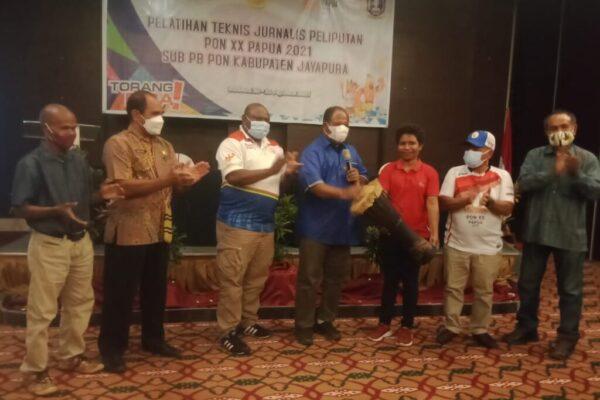 Tabuh tifa sebagai tanda ditutupnya pelatihan teknis jurnalis Klaster Kabupaten Jayapura.