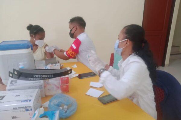 Tampak salah satu warga yang sedang di berikan vaksin oleh petugas medis, yang berlangsung di Stadion Barnabas Youwe, Kabupaten Jayapura.