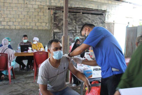 Tampak warga BTN Matoa Pasar Lama Sentani, ketika mengikuti kegiatan Vaksinasi Massal, yang diselenggarakan oleh Polres Jayapura dan HKJM.