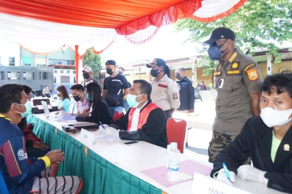 Walikota Jayapura, Benhur Tomi Mano berinteraksi dengan warga yang terjaring dalam operasi yustisi.