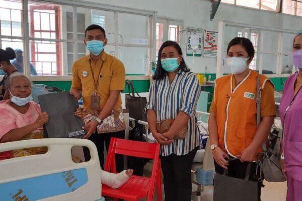 Manajemen BPJS Kesehatan Cabang Jayapura berbagi di rumah sakit.