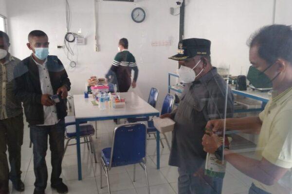 Bupati Jayapua, Mathius Awoitauw mengunjungi Rumah Pengolahan Tepung Sagu, yang berada di Kampung Sereh Tua, Kabupaten Jayapura.