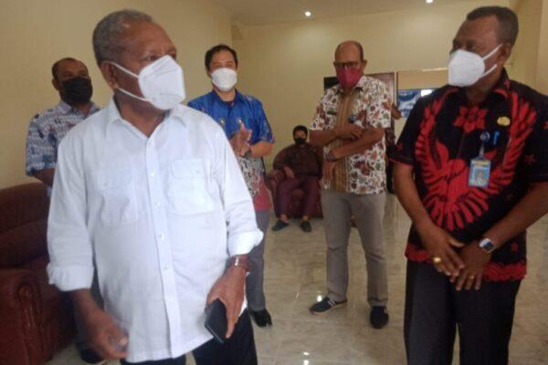 Bupati Jayapura yang juga Ketua Umum Sub PB PON XX Klaster Kabupaten Jayapura, Mathius Awoitauw(baju putih).