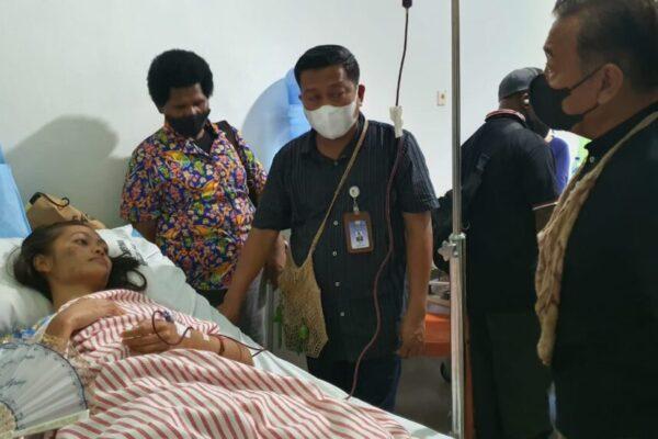 Darwis Massi saat mengunjungi korban tragedi Kiriwok di rawat di RS Marthen Indey Jayapura.Foto Istimewa