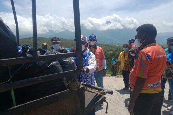 Dinas Kehutanan dan Lingkungan Hidup (DKLH) beserta unsur Forkompimda dan komunitas pecinta lingkungan melakukan kegiatan gerebek sampah di berbagai titik.
