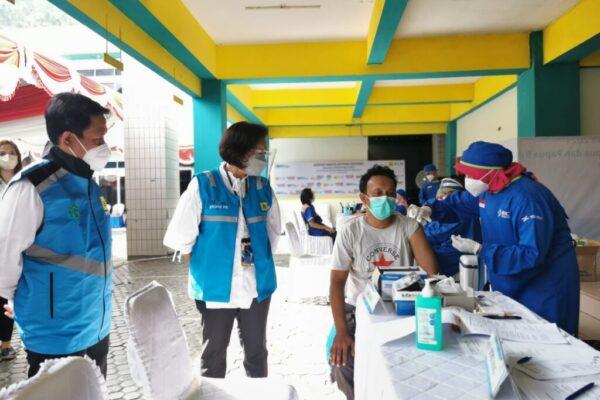 Direktur Manajemen Sumber Daya Manusia PLN, Syofvi Felienty Roekman saat meninjau pelaksanaan vaksinasi personel di Kantor PLN UIWP2B. Foto Istimewa