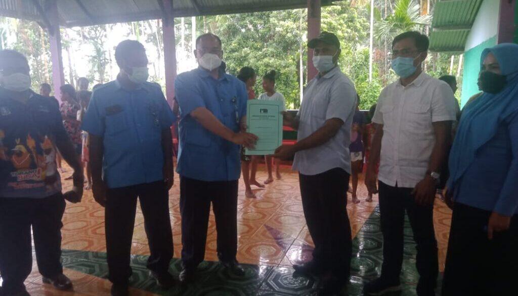 Direktur Utama PDAM Jayapura Entis Sutisna dan Kepala Kampung Sereh Steven Eluay saat menunjukkan berita acara peresmian PDAM Jayapura sebagai salah satu Pembina di Sanggar Tari Robongholo.