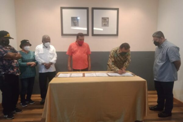 Direktur Utama PT Pangansari Utama Food and Resource (PUFR) Maghfur Lasah ketika melakukan penandatanganan nota kesepakatan, Kamis.
