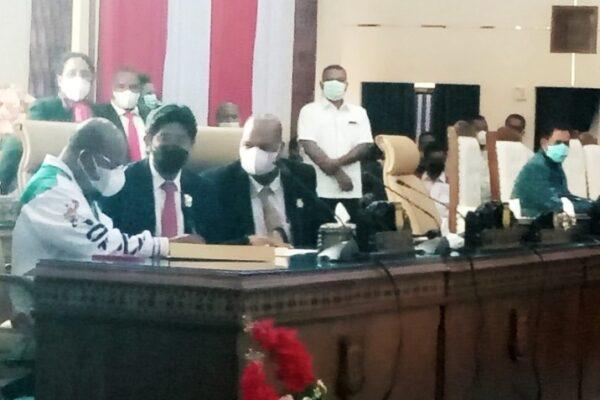 Gubernur Papua, Lukas Enembe saat menandatangani kesepakatan bersama dalam penutupan sidang DPR Papua, Rabu malam. Foto Tiara