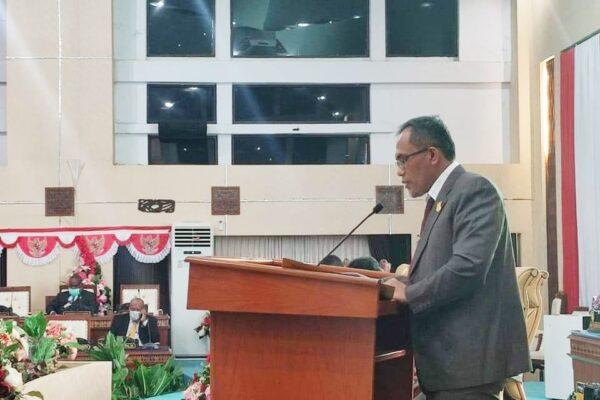 H. Kusmanto saat menyampaikan laporan Banggar DPR Papua dalam Sidang Paripurna ke IV DPR Papua, Selasa malam. Foto Tiara