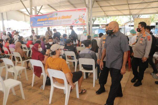 Kapolda Papua, Irjen Pol Mathius D.Fakhiri meninjau pelaksanaan vaksinasi Covid-19 di lapangan PTC, Kota Jayapura, Papua.