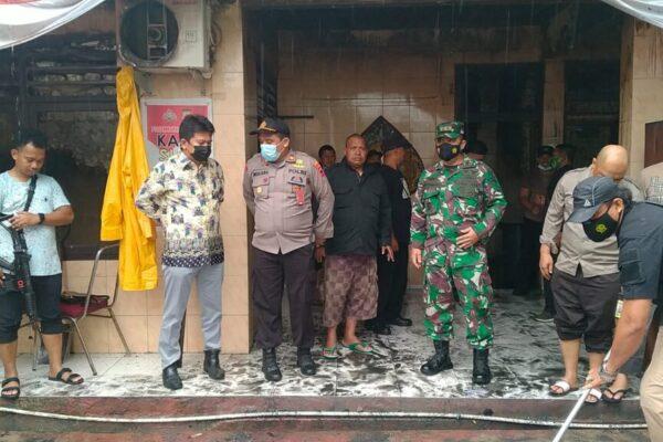 Ketua BPD KKSS Kabupaten Jayapura, H. Wagus Hidayat bersama jajaran pengurus lainnya saat meninjau lokasi kebakaran di Areal Bandara Sentani, Kabupaten Jayapura, Selasa pagi.