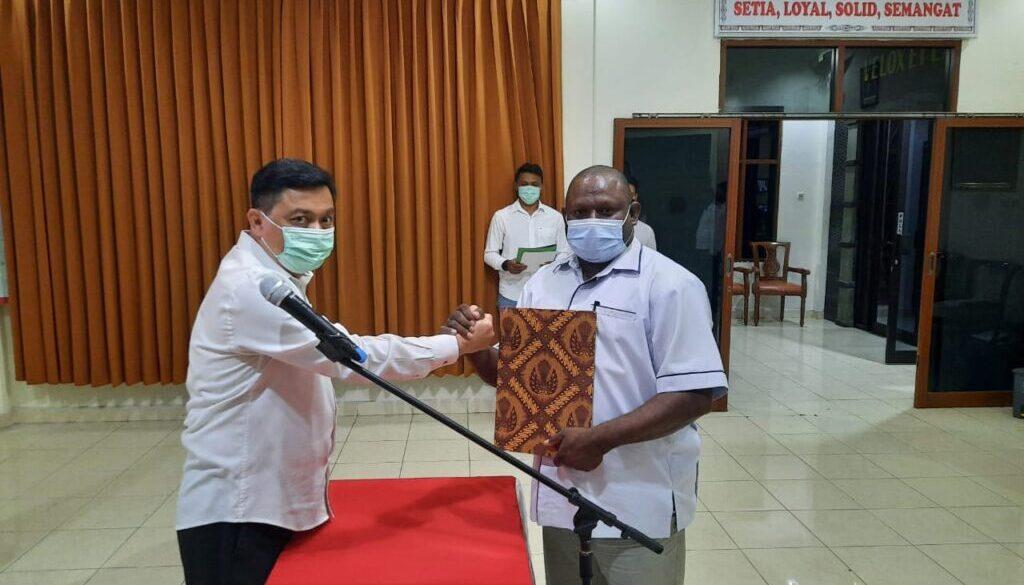 Ketua Umum PB ESI Papua, Mayjen TNI Abdul Haris Napoleon menyerahkan pataka kepada Ketua Umum PB ESI Kabupaten Jayapura, Gustaf Griapon. Foto Irfan