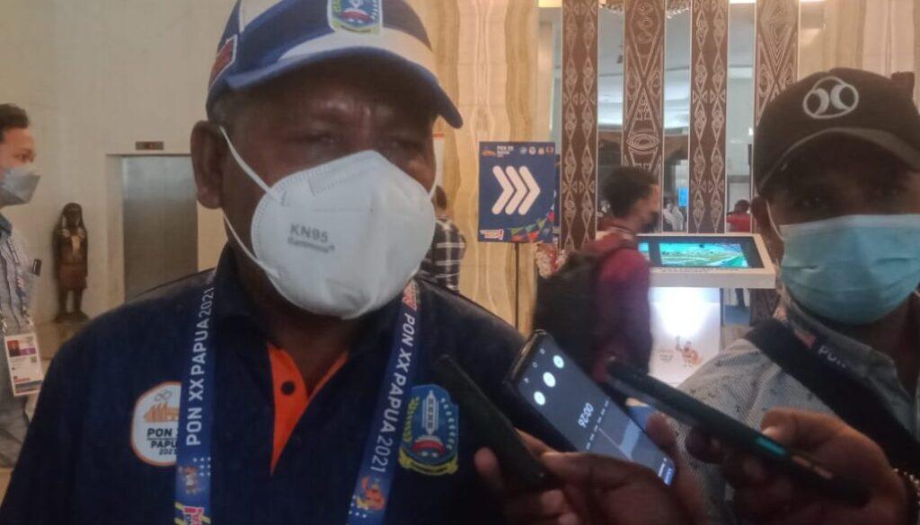 Ketua Umum Sub PB PON Klaster Kabupaten Jayapura yang juga Bupati Jayapura, Mathius Awoitauw saat diwawancara., Senin. (Foto : Irfan)