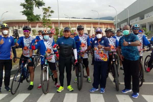 Ketua Umum Sub PB PON XX yang juga Bupati Jayapura, Mathius Awoitauw bersama ratusan pesepeda dari 13 komunitas sepeda yang ikut dalam Gowes Bersama, Sabtu pagi.