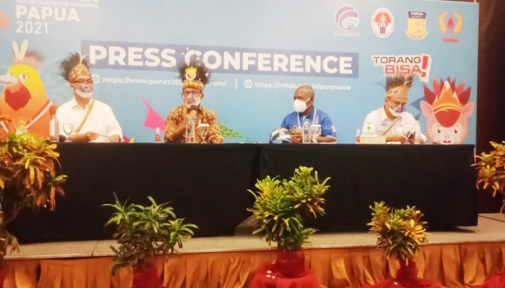 Menteri Komunikasi dan Informatika Johnny G. Plate saat memberikan keterangan pers usai meninjau kesiapan jaringan telekomunikasi di Media Center PON XX Klaster Kabupaten Jayapura, Kamis. (Foto : Irfan)