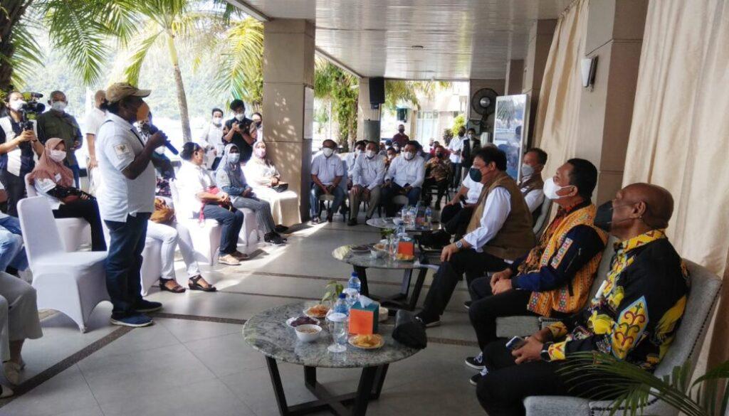 Menteri Koordinator Bidang Perekonomian, Airlangga Hartarto berdialog langsung dengan 12 alumni program Kartu Prakerja, di Kota Jayapura, Sabtu. Foto Syahriah