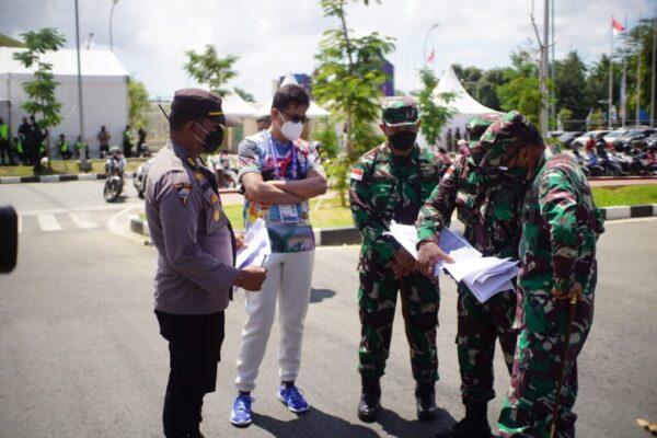 Pangdam XVII/Cenderawasih, Mayjen TNI Ignatius Yogo Triyono mengecek kesiapan pengamanan acara pembukaan PON XX di Stadion Utama Lukas Enembe, Sabtu. (Foto : Istimewa)