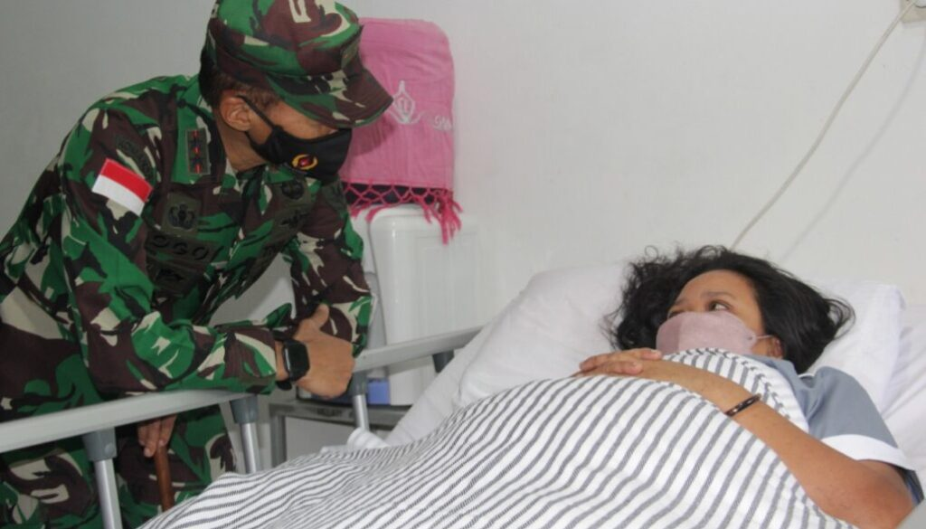 Pangdam saat menjenguk nakes korban serangan KKB yang dirawat di RS Marthen Indey. Foto Istimewa