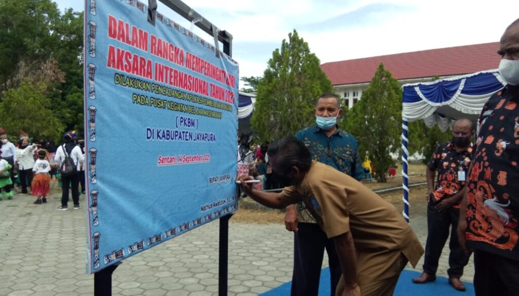 Peringatan Hari Aksara Internasional Ke-56 tingkat Kabupaten Jayapura tahun 2021 yang ditandai dengan pencanangan aplikasi pembelajaran digital. Foto Irfan