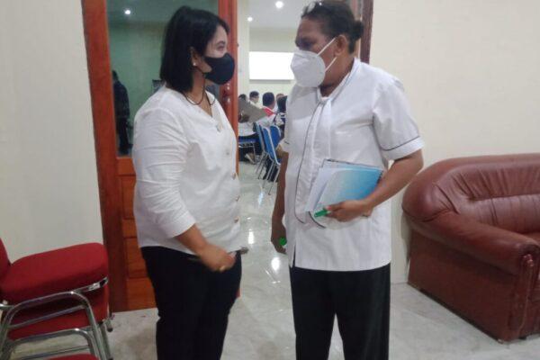 Plt Asisten I Bidang Pemerintahan Umum Setda Kabupaten Jayapura Ervina S saat berbincang dengan Sekda Kabupaten Jayapura, Hanna S. Hikoyabi