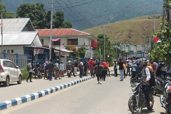 Relawan PON XX melakukan aksi protes keras di Kantor Sekretariat Sub PB kabupaten Jayapura