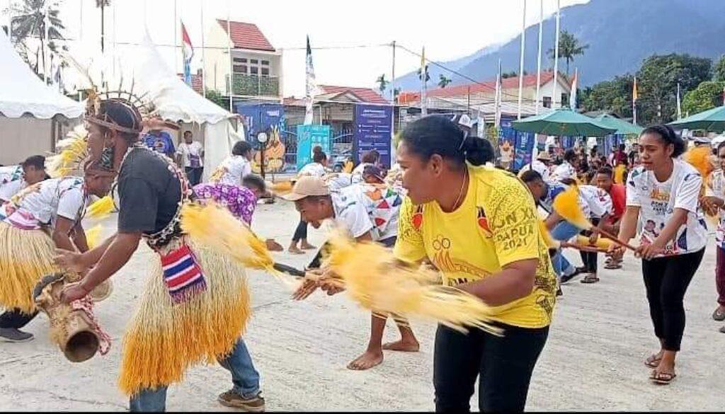 Salah satu grup tari yang akan dilibatkan dalam upacara penyambutan Kontingen PON XX  mengikut kegiatan simulasi, di Halaman Stadion Barnabas Youwe (SBY), Kabupaten Jayapura, Sabtu.