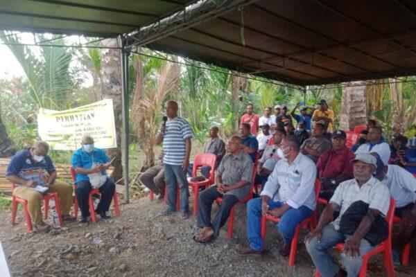 Suasana pertemuan Bupati Jayapura, Mathius Awoitauw dengan masyarakat adat Kampung Ifar Besar, di lokasi pemalangan jalan alternatif, Jumat.
