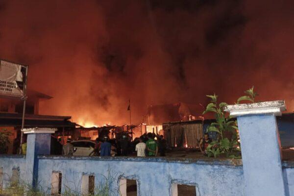 Tampak rumah, ruko dan Mapolsek Kawasan Bandara Sentani dibakar oleh belasan orang Senin malam.