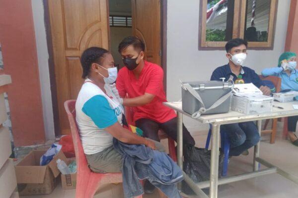 Tampak warga mengikuti kegiatan vaksinasi massal,, Sabtu