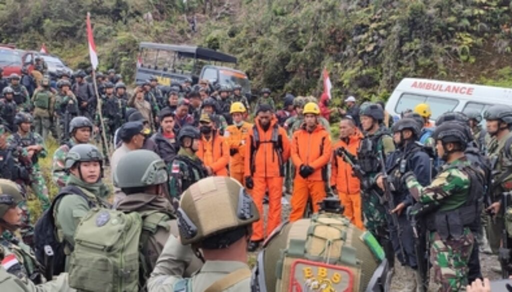 Tim evakuasi gabungan yang terdiri dari Polri, TNI, Basarnas dan masyarakat untuk mencapai titik lokasi jatuhnya pesawat Rimbun Air PK-OTW. Foto Istimewa
