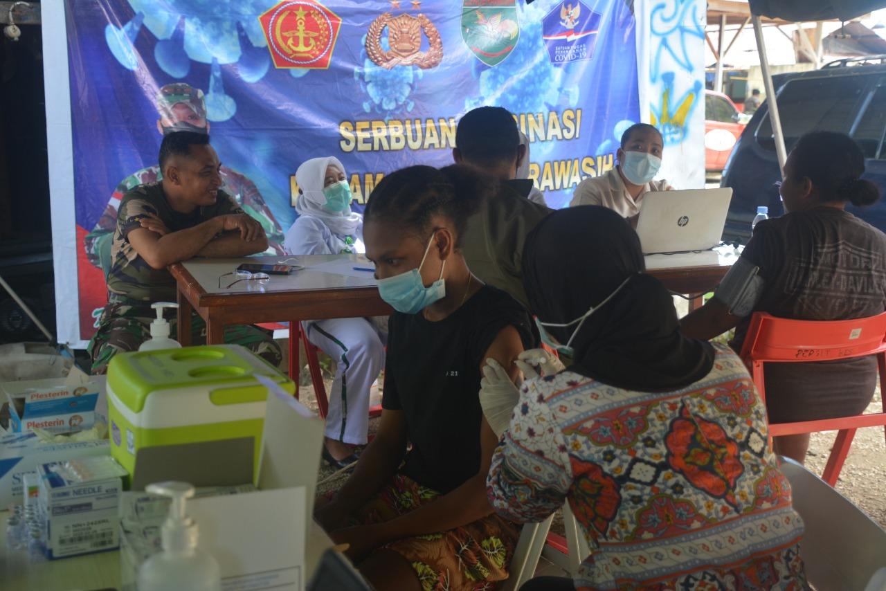 Warga Argapura mendapatkan vaksin Covid-19 yang diselenggarakan Kodam XVII/Cenderawasih. (Foto : Istimewa)
