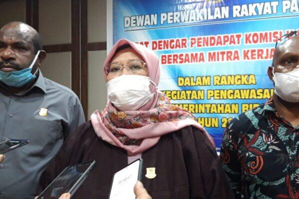 Wakil Ketua Komisi V DPRP, Fauzun Nihayah didampingi anggota saat memberi keterangan pers kepada wartawan usai Rapat Dengar Pendapat dengan mitra kerja di Hotel Horison Jayapura