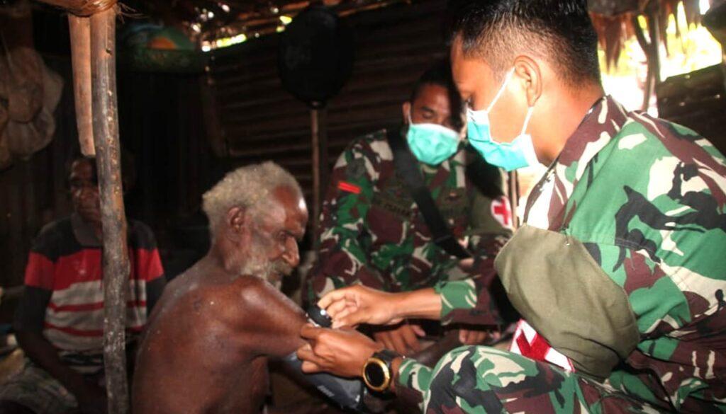 Warga Kampung Okor, Mappi mendapat pelayanan kesehatan dari Satgas TMMD ke-112. Foto Istimewa