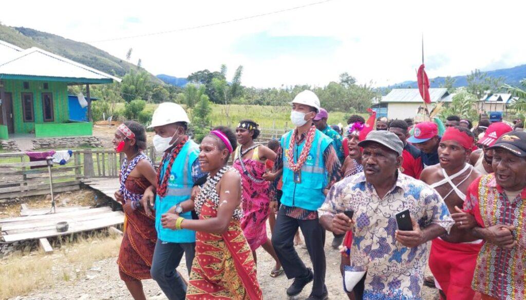 Warga di 6 desa di Tambrauw menyambut sukacita atas peresmian listrik desa oleh PLN. (Foto Istimewa)