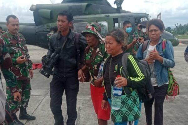 TNI evakuasi tiga warga dari Kiwirok ke Jayapura. Foto Istimewa