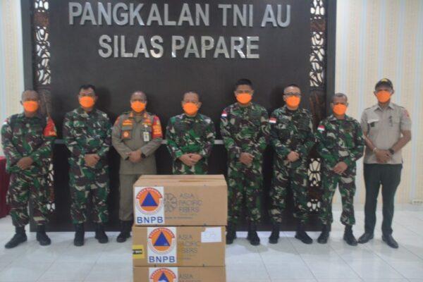 Foto bersama usai penyerahan jutaan masker. Foto : Pendam XVII/Cenderawasih