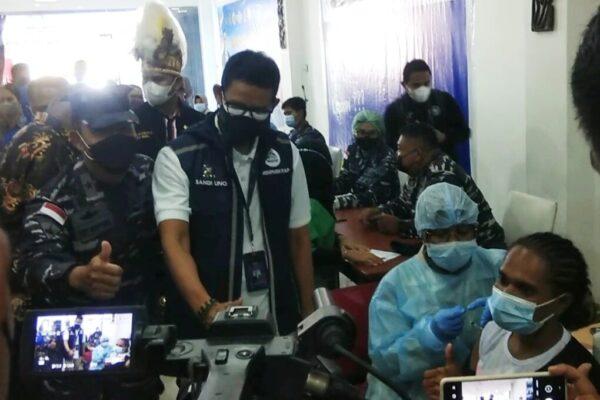Menteri Parekraf dan Baparekraf Republik Indonesia, Sandiaga Salahuddin Uno saat meninjau serbuan vaksin Covid-19 yang digelar Astra Motor Papua dan Papua Barat bekerjasama dengan Lantamal X Jayapura. Foto Syahriah